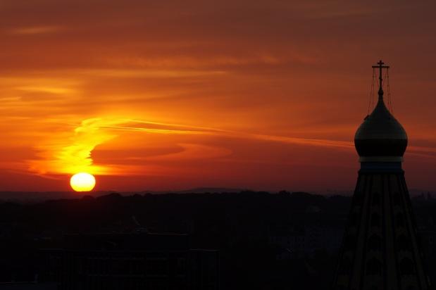 Morgenrot über dem Leipziger Südosten Sony A57, Tele 140 mm,  1/100 s, Bl. 9 und ISO 100 (mit 2 s Auslöseverzögerung)