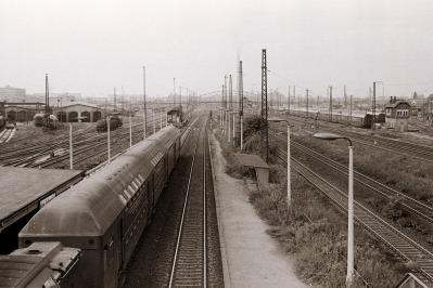 Zug zum Oberholz am Bahnsteig des Haltepunkts Leipzig-Volkmarsdorf, August 1981