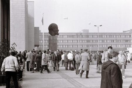 Leipzig, vorm sowjetischen Pavillon auf dem Messegelände, zur LFM im März 1990