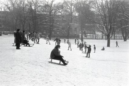 Leipzig-Reudnitz, Rodelspaß im Elsapark im Januar 1987