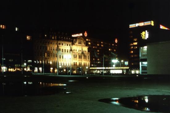 Leipzig, Sachsenplatz bei Nachtzur Frühjahrsmesse im März 1975
