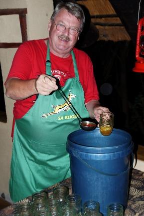 Zu besonderen Anlässen kreiert der Hausherr manchmal (z.B. zu Geburtstagen) einen 12 l-Eimer mit Mango-Bowle.