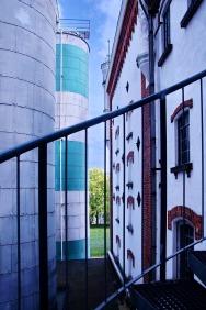Aufstieg zu den Gärtanks, rechts das alte Brauereigebäude aus dem 19. Jhd.