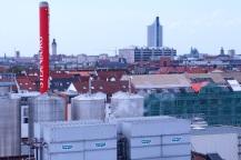 Blick nach Westen zur Leipziger Innenstadt: von links Lutherkirche, Neues Rathaus, Wohnblock am Johannisplatz, Paulinum-Kirchen-Dach, Nikolaikirche, Kroch-Hochhaus