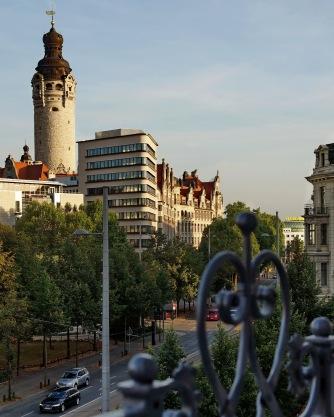 """Balkonblick nach Süden zum ,,Trias"""" und Neuem Rathaus"""