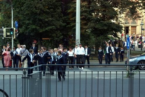 nach der freitäglichen Motette kommen um sieben Uhr die Thomaner aus der Thomaskirche über den Dittrichring, durch das Grün kann man das Mendelssohn-Denkmal erahnen