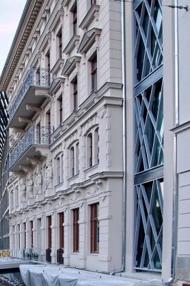 """rechts die rekonstruierte Fassade des ,,KOSMOS""""-Hauses, nach links eine Trennfuge zur nachempfundenen Fassade des ,,Palais Schlobach"""""""
