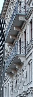 Balkone mit Frauenfiguren an der Fassade vom Palais Schlobachzum Dittrichring
