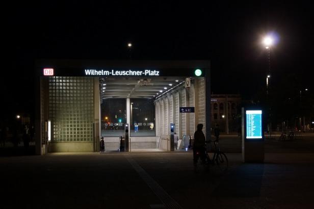 """Eingang zur S-Bahn-Station ,,Wilhelm-Leuschner-Platz"""" oder ,,Platz der friedlichen Revolution"""", kürzer wäre aus meiner Sicht: Peterstor (das stand früher hier in der Gegend)"""