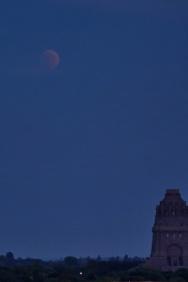 21:47 Uhr, der Mond ist überm Denkmal als blasse Scheibe zu sehen.