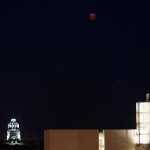 22:35 Uhr,denkwürdige Konstellation von ,,blutigem'' Mond, (blut-) rotem Mars und Denkmal der blutigen Völkerschlacht.