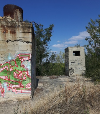Bunkeraufbauten mit rostigen Elementen